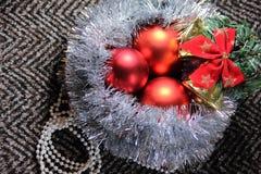 Weihnachtsanordnung für Lametta und Bälle Stockbild