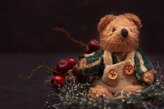 Weihnachtsanordnung mit einem Teddybären Lizenzfreies Stockfoto