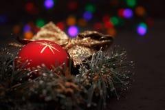 Weihnachtsanordnung mit einer roten Kugel und einem Wreath Lizenzfreie Stockbilder