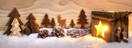 Weihnachtsanordnung mit hölzernen Verzierungen und Laterne stockfoto