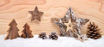 Weihnachtsanordnung mit hölzerner Dekoration stockbild