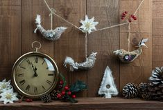 Weihnachtsanordnung mit Weinleseuhr und selbst gemachtem Weihnachten Stockfotos
