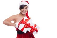 Weihnachtsasiatische Frau, die das Weihnachtsgeschenklächeln glücklich hält Stockfoto