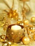 Weihnachtsaufbau der Kugeln und der Kerze lizenzfreie stockfotografie