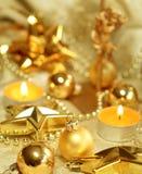 Weihnachtsaufbau der Kugeln und der Kerzen stockbild