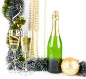 Weihnachtsaufbau mit Champagner auf Weiß Lizenzfreie Stockfotos
