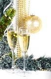 Weihnachtsaufbau mit Champagner auf Weiß Stockbilder