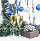 Weihnachtsaufbau mit Champagner und Geschenk Stockfotos