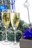 Weihnachtsaufbau mit Champagner und Geschenk Stockbild