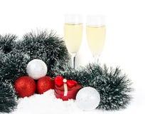 Weihnachtsaufbau mit Champagner und Geschenk Lizenzfreies Stockfoto