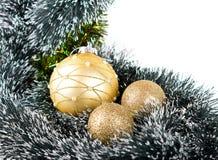 Weihnachtsaufbau mit goldenen Kugeln auf Weiß Lizenzfreies Stockbild
