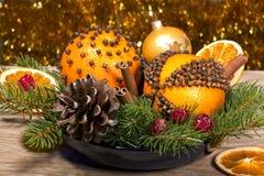 Weihnachtsaufbau mit orange Pomanders stockfotos