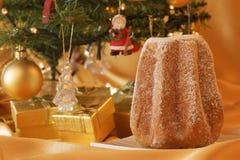Weihnachtsaufbau mit Pandoro Stockfotografie