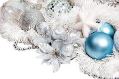 Weihnachtsaufbau mit silberner Blume stockfotografie