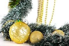 Weihnachtsaufbau whith goldene Kugeln auf Weiß Lizenzfreies Stockbild