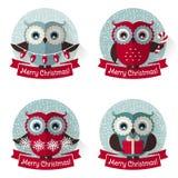 Weihnachtsaufkleber mit Eulen und Bändern Karikatur polar mit Herzen Stockfotos