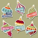 Weihnachtsaufklebersammlung mit Weihnachtsbällen und -wünschen vektor abbildung