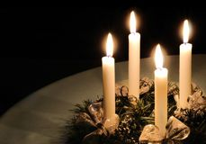 Weihnachtsaufkommen Wreath mit brennenden Kerzen Stockbilder