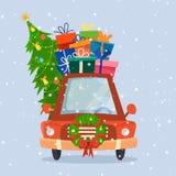 Weihnachtsauto mit Geschenken, Baum und Dekorationen Stockbilder