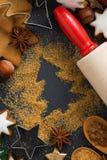 Weihnachtsbäckerei - Bestandteile und Plätzchen, Nahaufnahme, Draufsicht Lizenzfreies Stockfoto