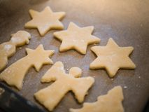 Weihnachtsbäckerei: Nahaufnahme von selbst gemachten Plätzchen stockfotografie