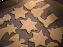 Weihnachtsbäckerei: Nahaufnahme von selbst gemachten Plätzchen lizenzfreies stockbild