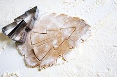 Weihnachtsbäckereibestandteile und -gebührn für Teigvorbereitung Stockfoto