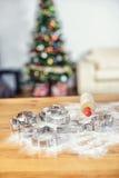 Weihnachtsbäckereiformen mit Mehl und Rolle Lizenzfreie Stockbilder