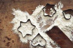 Weihnachtsbäckereihintergrund mit Mehl, Plätzchenschneider stockbilder