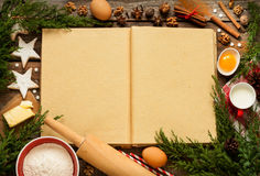 Weihnachtsbäckereikuchenhintergrund mit Teigbestandteilen Stockbild