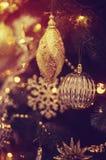 Weihnachtsbälle auf dem Weihnachtsbaum Stockbild