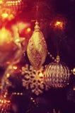 Weihnachtsbälle auf dem Weihnachtsbaum Lizenzfreie Stockfotos