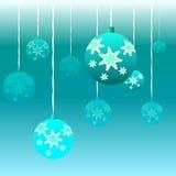 Weihnachtsbälle auf einem blauen Hintergrund Lizenzfreies Stockfoto