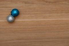 Weihnachtsbälle auf einem Holztisch Stockbild
