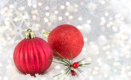 Weihnachtsbälle auf glänzendem silbernem Hintergrund Stockbild