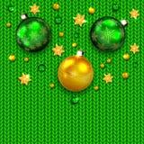 Weihnachtsbälle auf Grün gestricktem Muster Lizenzfreies Stockbild
