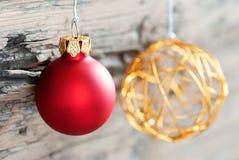 Weihnachtsbälle auf Holz als Weihnachtshintergrund Stockfoto