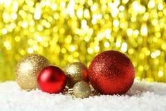 Weihnachtsbälle auf Lichtern Hintergrund, Abschluss oben Stockbild