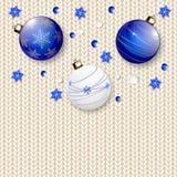 Weihnachtsbälle auf Weiß gestricktem Muster Stockfoto