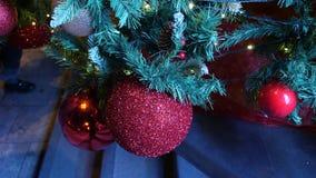 Weihnachtsbälle auf Weihnachtsbaum, Baum des neuen Jahres, am 1. Januar 2018: Leute gehen entlang die Haupt-Rustaveli-Allee in Ti stock video footage