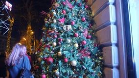 Weihnachtsbälle auf Weihnachtsbaum, Baum des neuen Jahres, am 1. Januar 2018: Leute gehen entlang die Haupt-Rustaveli-Allee in Ti stock footage