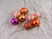 Weihnachtsbälle auf Weinlesepapier, Dekoration des neuen Jahres Lizenzfreie Stockfotografie