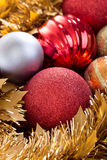 Weihnachtsbälle dekorativ im Weihnachtsfeiertagshintergrund stockfotos