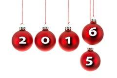 Weihnachtsbälle, die an einem Seil mit dem Text 2015 bis 2016 ersetzt hängen Lizenzfreie Stockbilder