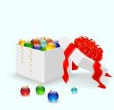 Weihnachtsbälle, die in einem weißen Kasten liegen Lizenzfreie Stockfotos