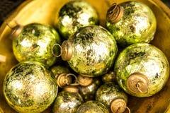 Weihnachtsbälle an einem Weihnachtsmarkt lizenzfreies stockfoto