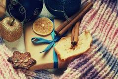 Weihnachtsbälle, Geschenkbox, Winterschal, Plätzchen und Trockenfrüchte Lizenzfreies Stockfoto