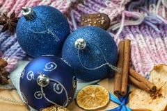 Weihnachtsbälle, Geschenkbox, Winterschal und Trockenfrüchte Lizenzfreie Stockfotos