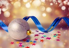 Weihnachtsbälle mit Band auf abstraktem Hintergrund Stockfoto