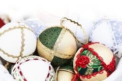 Weihnachtsbälle mit Beschaffenheiten Stockbild